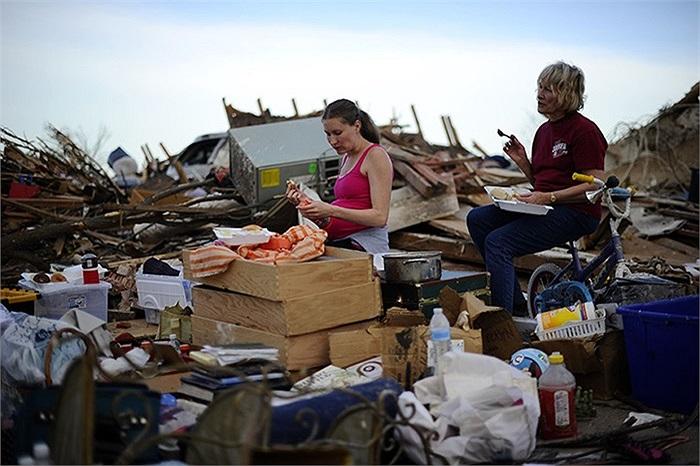 Bà Standy Stewart cùng con dâu Robyn Rojas ăn uống giữa đống đổ nát sau cơn lốc xoáy ở  Oklahoma,Mỹ