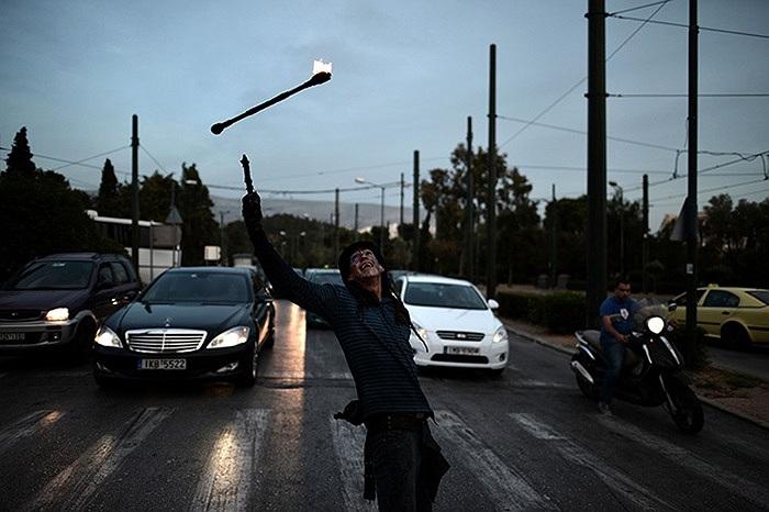 Một người tung hứng giữa đường phố ở Greece, Hy Lạp