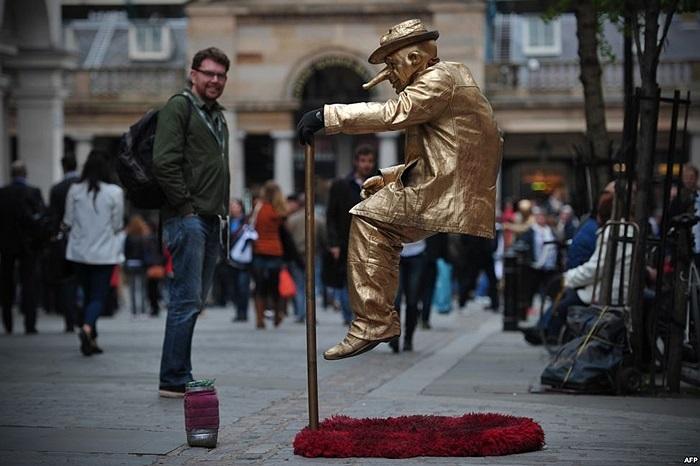 'Người đàn ông bay' trên đường phố London, Anh