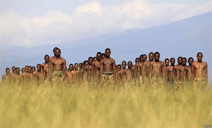 Những người mới được phiến quân M23 ở Congo tuyển mộ đứng nghiêm trong buổi huấn luyện tại trại Rumangabo, Congo