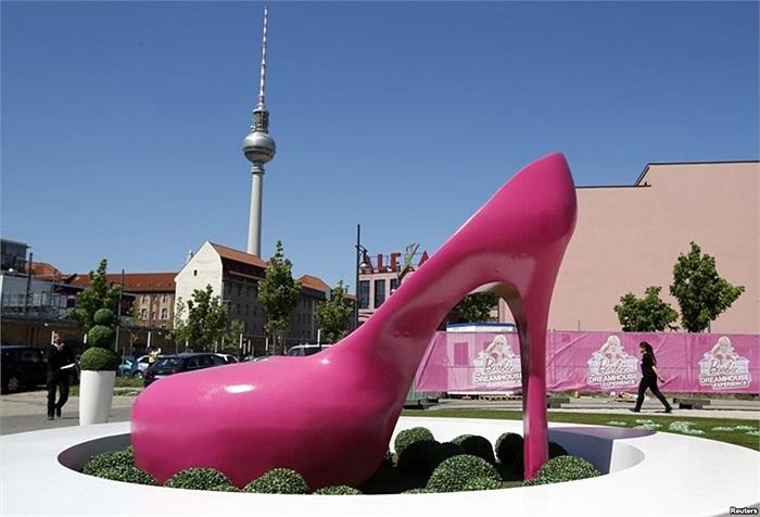 Chiếc giày khổng lồ của búp bê Barbie đặt bên ngoài nhà triển lãm búp bê ở Berlin, Đức