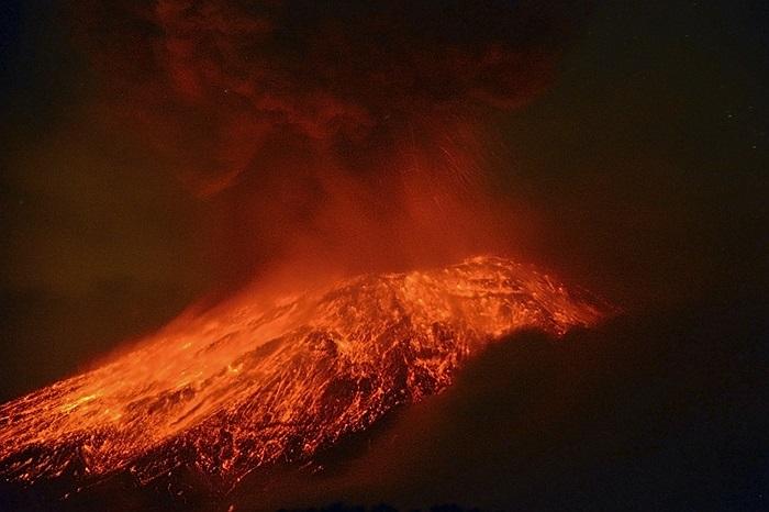 Núi lửa Popocatépetl đang phun trào mạnh mẽ ở Mexico