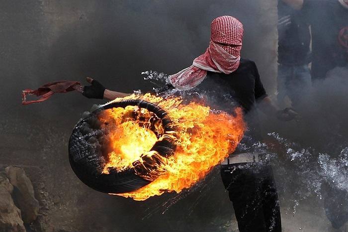 Người Palestine đốt lốp ném về phía Israel trong cuộc biểu tình ở khu Bờ Tầy