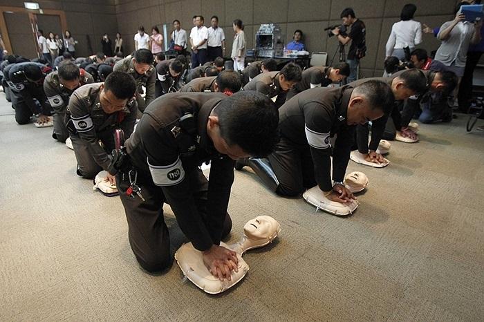 Cảnh sát giao thông Thái Lan luyện tập cứu hộ, sơ cứu cho người bị nạn