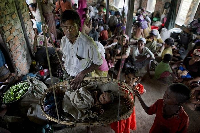 Người dân tập hợp tránh bão ở Sittwe, Myanmar