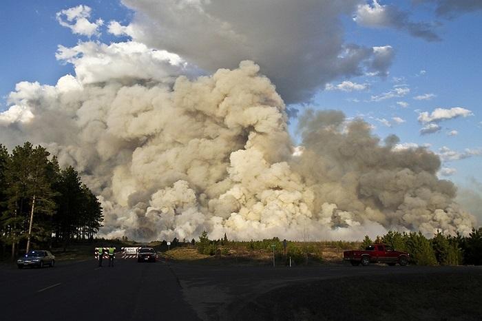 Khói bốc nghi ngút sau một trận cháy rừng ở  Douglas County, Wisconsin, Mỹ