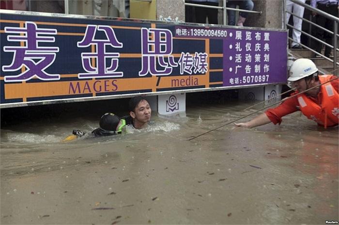 Thợ lặn cứu thanh niên bị kẹt 8 tiếng đồng hồ trong tầng hầm của một cửa hàng sau một trận mưa lớn ở thành phố Hạ Môn, tỉnh Phúc kiến, Trung Quốc