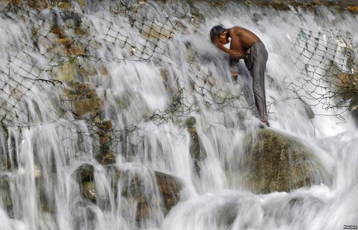 Cậu bé Ấn Độ tắm trên dòng thác ở Dara, bên ngoài thành phố Srinagar