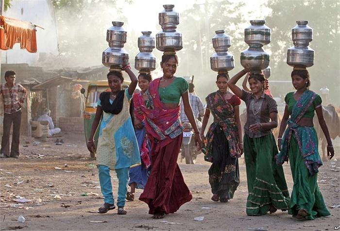 Thiếu nữ trong làng Juval, Ấn Độ phải đi hứng nước về dùng trong mùa hè nóng bức