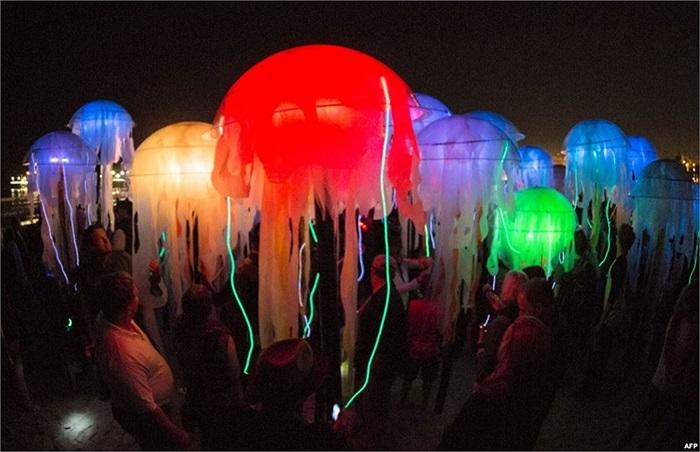 Những con sứa sặc sỡ do nhóm nghệ sĩ Aphidoidea sáng tạo trong sự kiện mang tên Glow 2013 tại bãi biển ở Santa Monica, California.