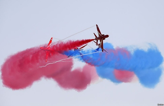 Phi đội nhào lộn của Không quân Hoàng gia Anh biểu diễn tại Triển lãm Hàng không quốc tế Malta 2013 tại sân bay quốc tế Malta, bên ngoài thủ đô Valletta, của Malta