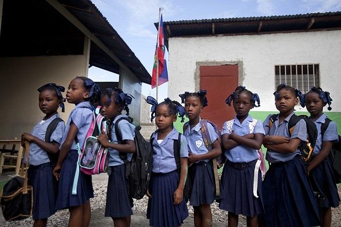 Nữ sinh trong buổi khai trường ở thủ đô Port-au-Prince, Haiti
