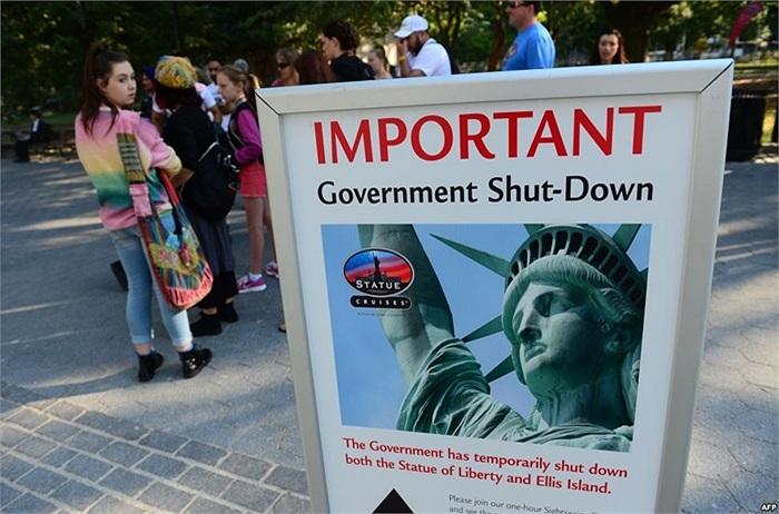 Bảng thông báo cho biết tượng Nữ thần Tự do đóng cửa ở New York do chính phủ Mỹ ngưng hoạt động