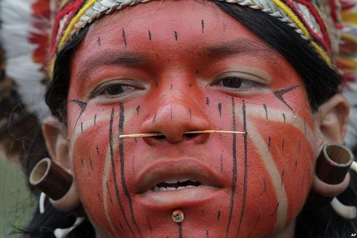 Một thổ dân Pataxo tham gia trong ngày đầu tiên của cuộc biểu tình Huy động người bản địa tại thủ đô Brasilia, Brazil
