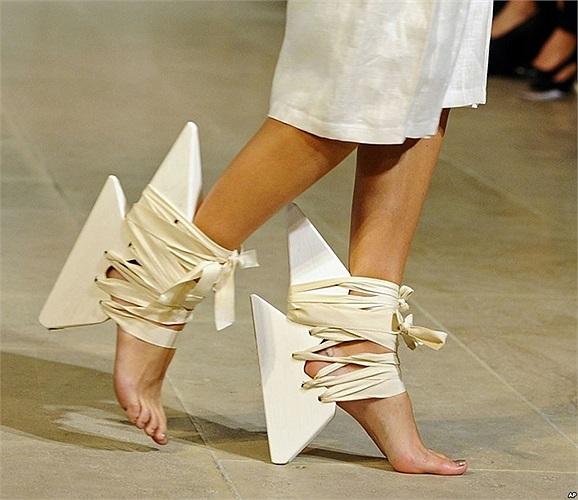 Người mẫu mang giày của nhà thiết kế Fatima Lopes trong bộ sưu tập thời trang Xuân/Hè 2014 ở Paris, Pháp