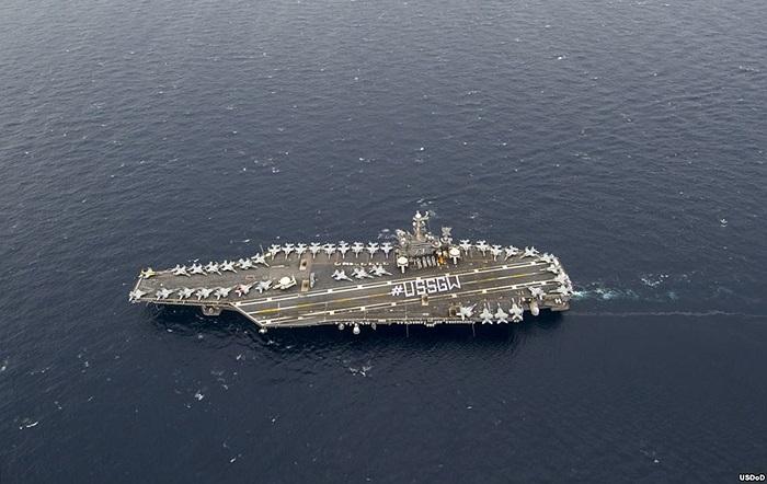 Thủy thủ đóng trên tàu đóng trên tàu sân bay USS George Washington của Hải quân Mỹ xếp thành chữ #USSGW trên sàn đáp máy bay