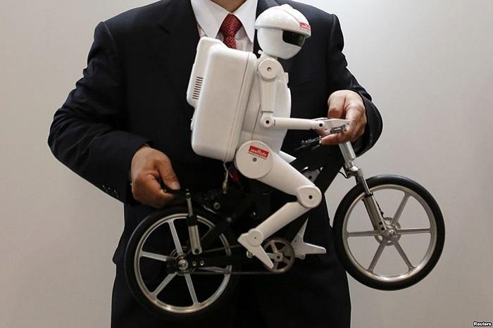 Robot lái xe đạp 'Murata Seisaku-kun' của Công ty Murata Manufacturing Co, Ltd tại gian hàng ở buổi triển công nghệ cao Nhật Bản 2013 tại Chiba