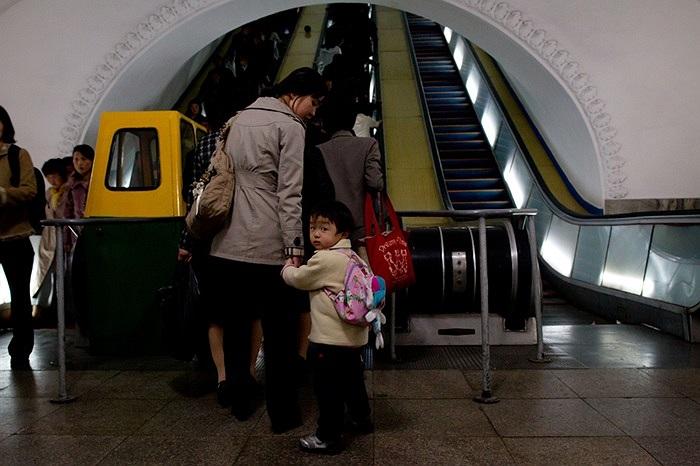 Việc lên xuống các trạm tàu điện ngầm dưới lòng đất và các trạm trên mặt đất đều sử dụng thang cuốn tự động