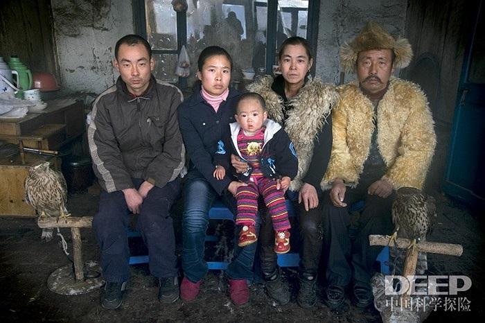 Hầu hết những gia đình ở ngôi làng này sống phụ thuộc vào nghề nuôi chim ưng