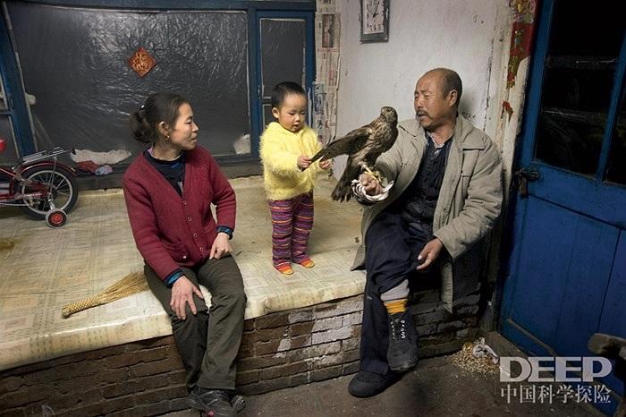 Những em nhỏ ở ngôi làng này được tiếp xúc với chim ưng khi còn rất nhỏ