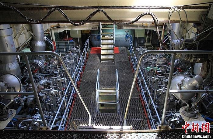 Khoang máy móc trong tàu 311