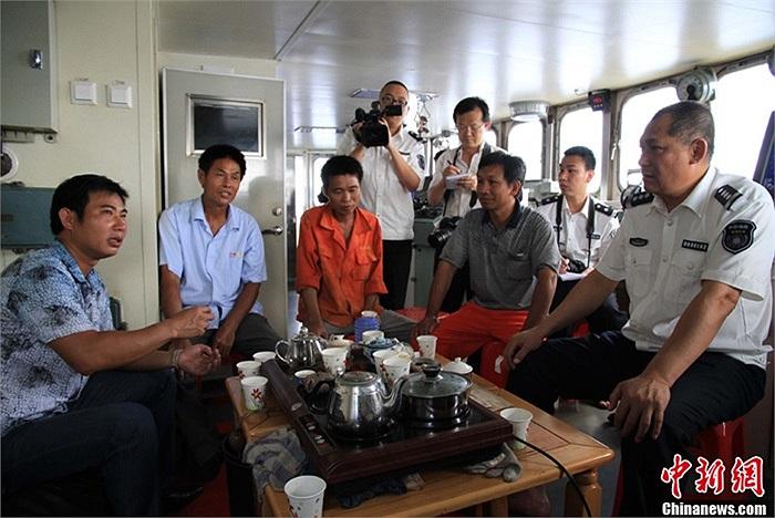 Đại diện tàu Ngư chính 311 ngồi với một số ngư dân trong đội 32 tàu cá