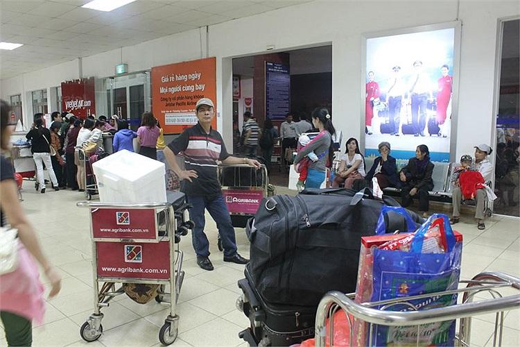 Hàng trăm hàn khách rơi vào tình trạng vất vưởng khi thông tin chậm chuyến được hãng này đưa ra không thống nhất, lúc là do thời tiết xấu, lúc lại do máy bay hỏng.(Ảnh độc giả cung cấp)
