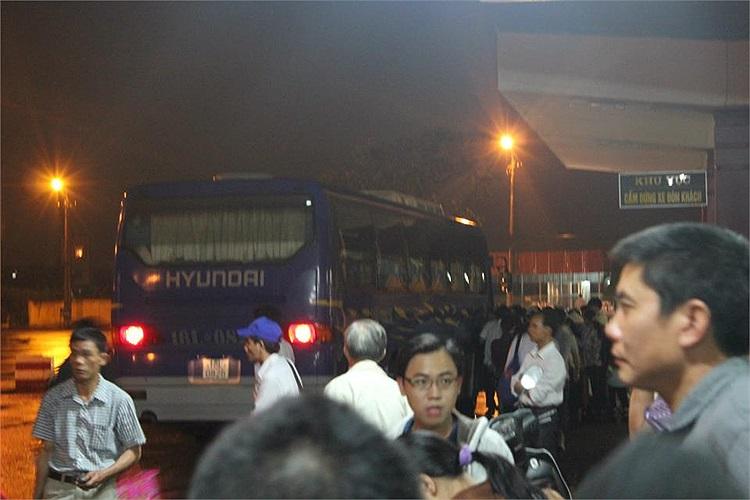 Chờ xe trung chuyển từ sân bay Cát Bi (Hải Phòng) lên sân bay Nội Bài (Hà Nội)(Ảnh độc giả cung cấp)
