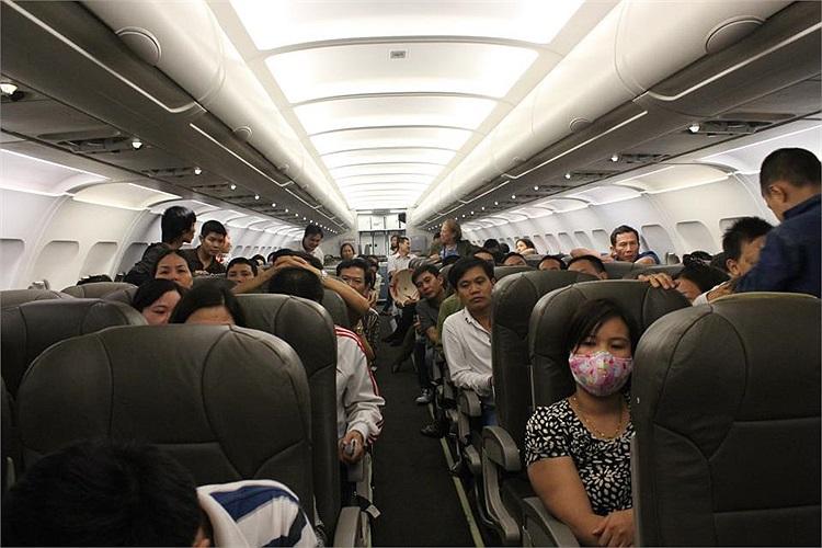 Hành khách mệt mỏi sau chục giờ liền chờ đợi