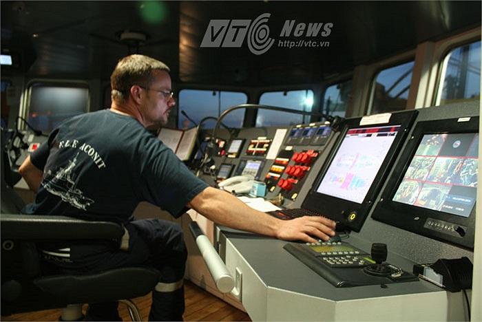 Thủy thủ đoàn đang kiểm tra các thông số báo hiệu của tàu