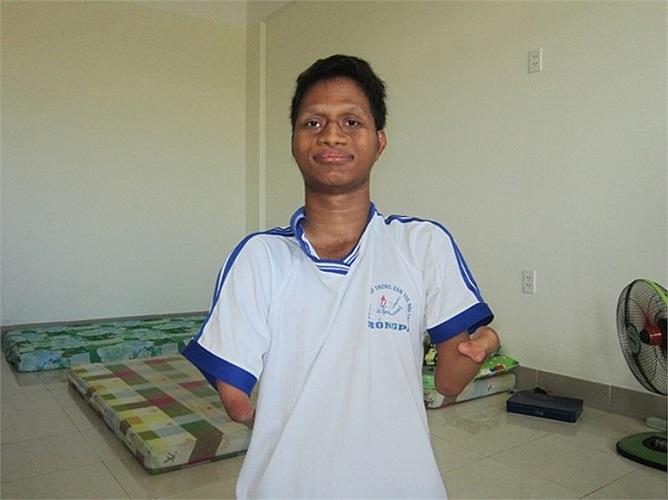 19 năm trước, khi vừa sinh ra, Nay Djruêng đã bị dị tật vì di chứng chất độc màu da cam. Cha mẹ em vốn là du kích thời kháng chiến, chẳng may nhiễm phải chất độc chết người ấy. Cha mẹ Nay Djruêng có 10 người con, 3 trong số đó bị di chứng chất độc da
