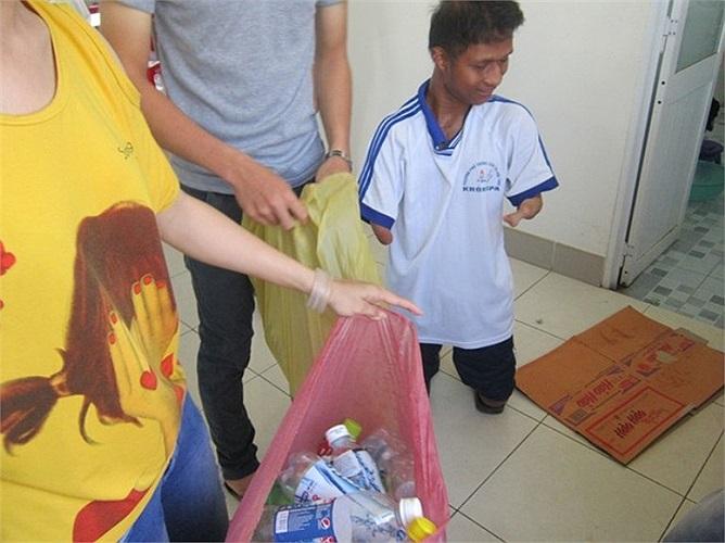 Nay Djruêng cùng nhóm công tác xã hội của trường đi thu gom vật liệu phế thải bán gây quỹ từ thiện để tổ chức Trung thu cho các em thiếu nhi sắp tới. 'Em rất thích các hoạt động xã hội, vì thông qua đó em có thể giúp đỡ những em nhỏ có hoàn cảnh khó