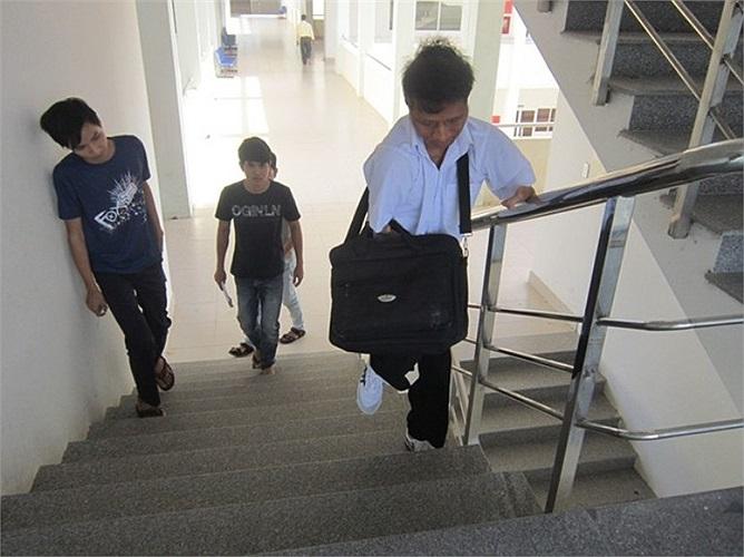 """Dù việc đi lại khó khăn, phải đi cầu thang nhưng Nay Djruêng chưa vắng học buổi nào. Phan Thị Thu Hiền, sinh viên năm 3 khoa kế toán, trường Cao đẳng công nghệ thông tin, cho biết: """"Mặc dù chỉ mới tiếp xúc với Nay Djruêng nhưng có thể nói bạn ấy là c"""