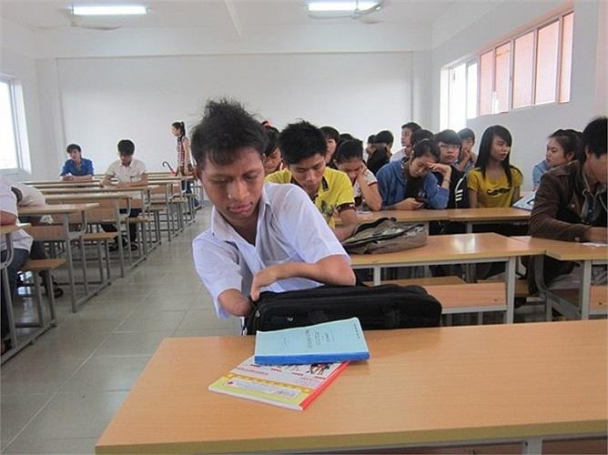 """Nay Djruêng trong một giờ học trên lớp. Nghị lực vượt khó vươn lên của bạn khiến nhiều bạn bè khâm phục, thầy cô trong trường yêu mến. Bạn Nguyễn Thị Hoàng Nhi, sinh viên năm 2, chia sẻ: """"Cứ như một câu chuyện cổ tích giữa đời thường. Bản thân mình đ"""