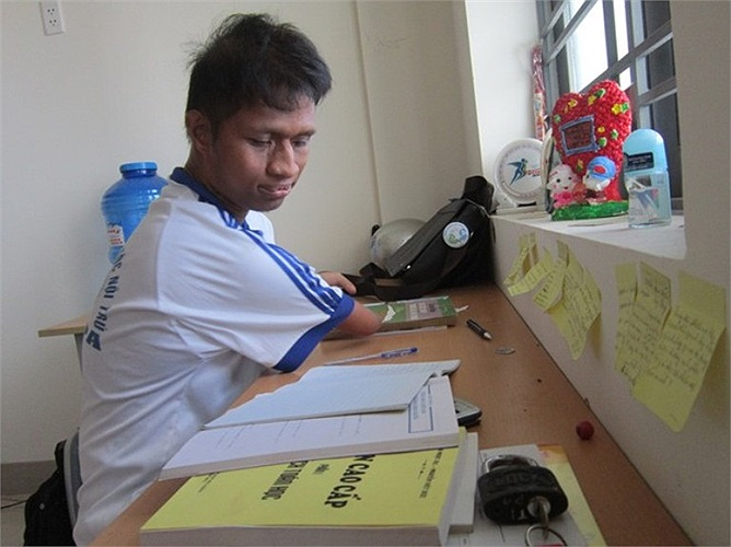 Nay Djruêng trong lúc tự học ở ký túc xá.