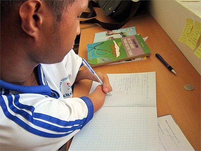 Những nét chữ ngay hàng thẳng lối được Nay Djruêng nắn nót từ đôi tay bị khiếm khuyết của mình.