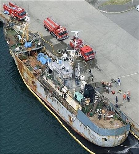 Đám cháy kéo dài 11 giờ đồng hồ, 6 người đã thiệt mạng và 6 thuyền viên người Nga mất tích