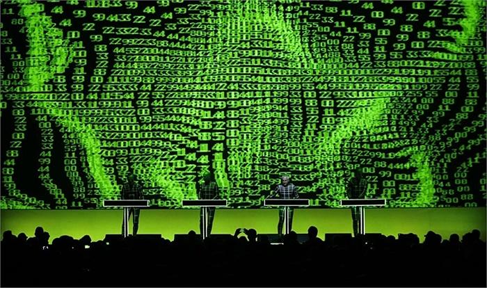 Ban nhạc điện tử Kraftwerk của Đức biểu diễn với phông nền 3D