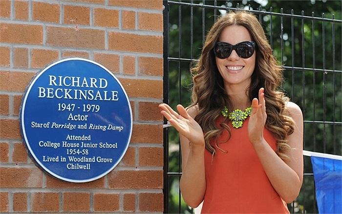 Nữ diễn viên Kate Beckinsale trong chuyến thăm trường Cao đẳng House Junior