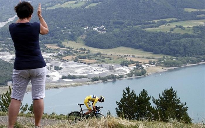 Cổ động viên cổ vũ vận động viên trong ngày thi đấu thứ 7 của giải Tour de France