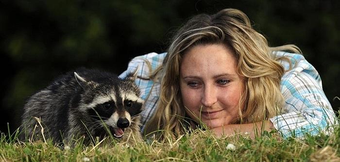Nhà bảo vệ động vật Kelly Williams chụp hình cùng chồn hương