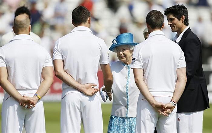 Nữ hoàng Anh Elizabeth II gặp gỡ cầu thủ cricket Anh