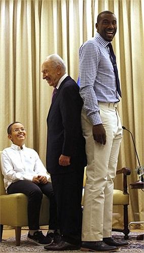 Tổng thống Israel Shimon Peres đứng đối lưng với một cầu thủ bóng rổ ở Jerusalem