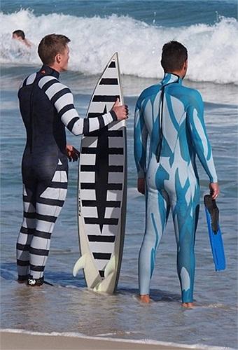 Vận động viên lướt sóng và thợ lặn mặc bộ quần áo giúp tránh được sự tấn công của cá mập