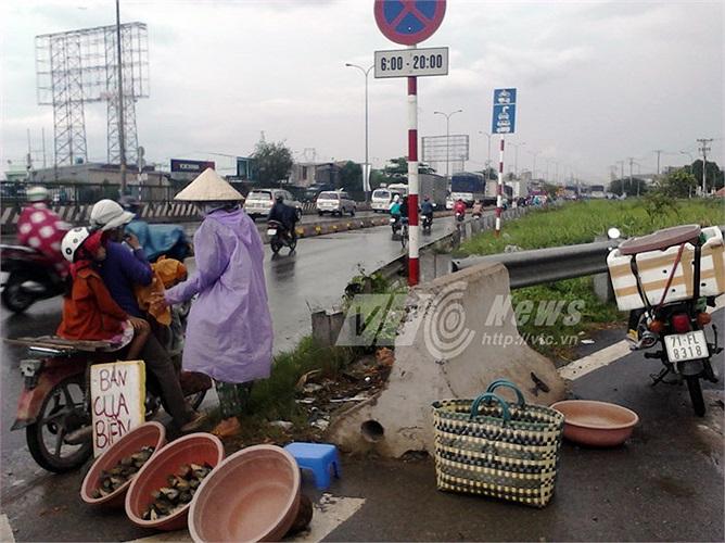 TPHCM buổi chiều thường có những cơn mưa kéo dài. Thời tiết thay đổi khiến cho việc kinh doanh mặt hàng cua cũng bị ảnh hưởng nhiều.
