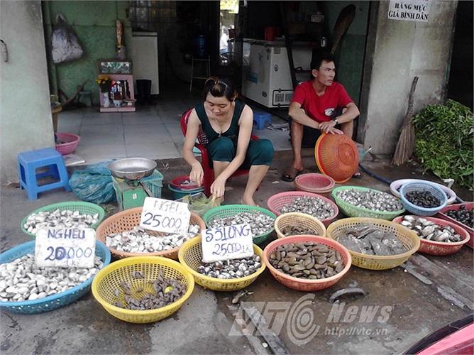 Ngoài cua, các loại nghiêu - sò - ốc - hến... cũng được bán nhiều, giá vài chục ngàn đồng/kg. Đây là điểm bán trên đường Mã Lò (Q.Bình Tân)