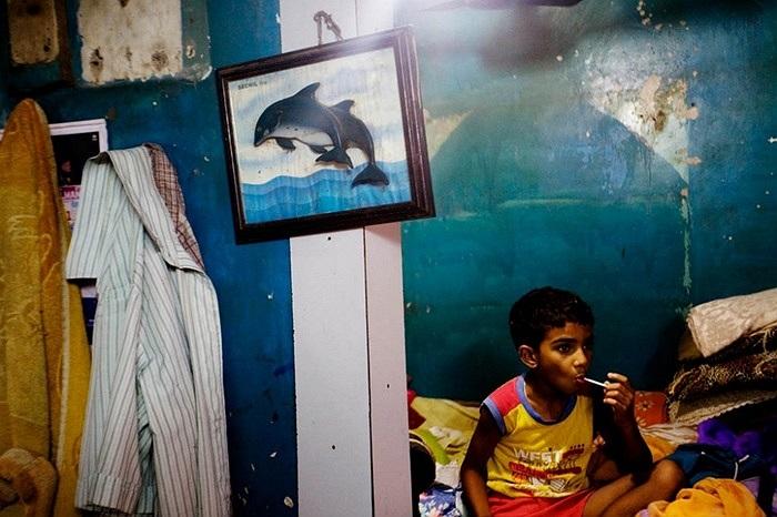 Người dân làng ven biển Mumbai phân biệt giàu nghèo như nhà nào có ti vi hay tường treo bể cá,.v.v là khá giả