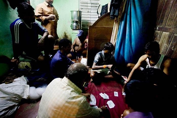 Một trong những thú vui của ngư dân địa phương là đánh bài, uống rượu