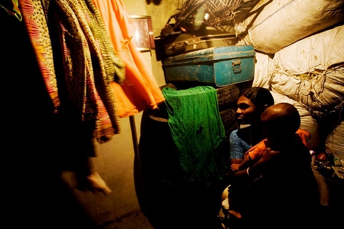Một phụ nữ sống tạm bợ trong một căn phòng thuê nhỏ