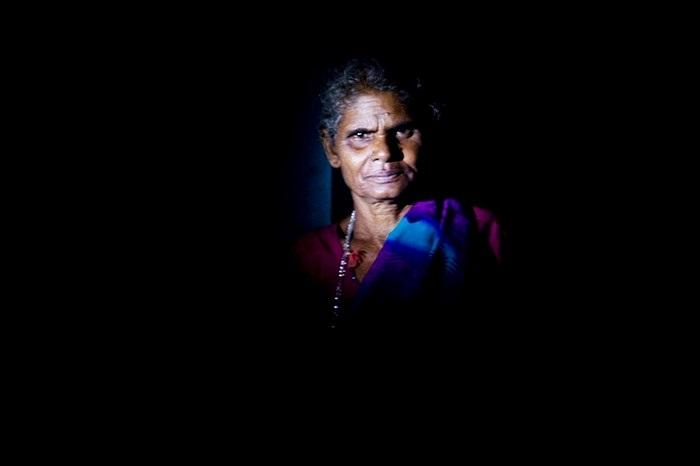 Một người phụ nữ ở làng vien biển Mumbai, Ấn Độ